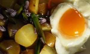stekt potatis med dagliljeknoppar och gräslöksblommor